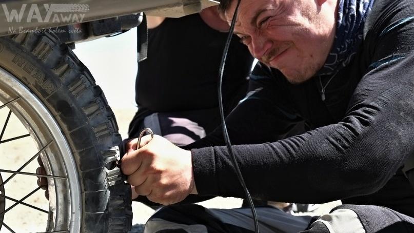 Mongolsko - oprava píchlé pneu