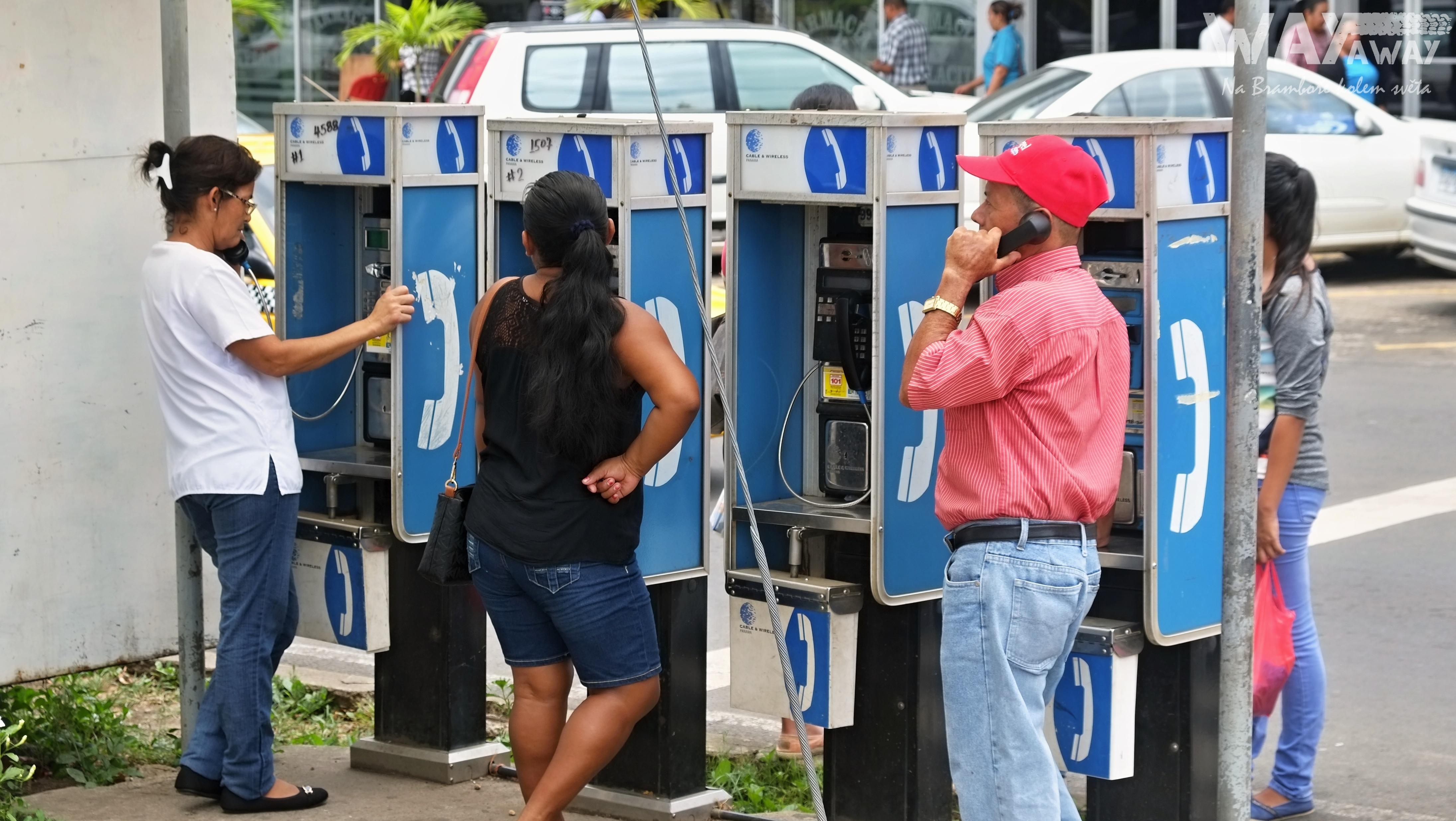 Telefonní budky na ulici v Ciudad de Panamá