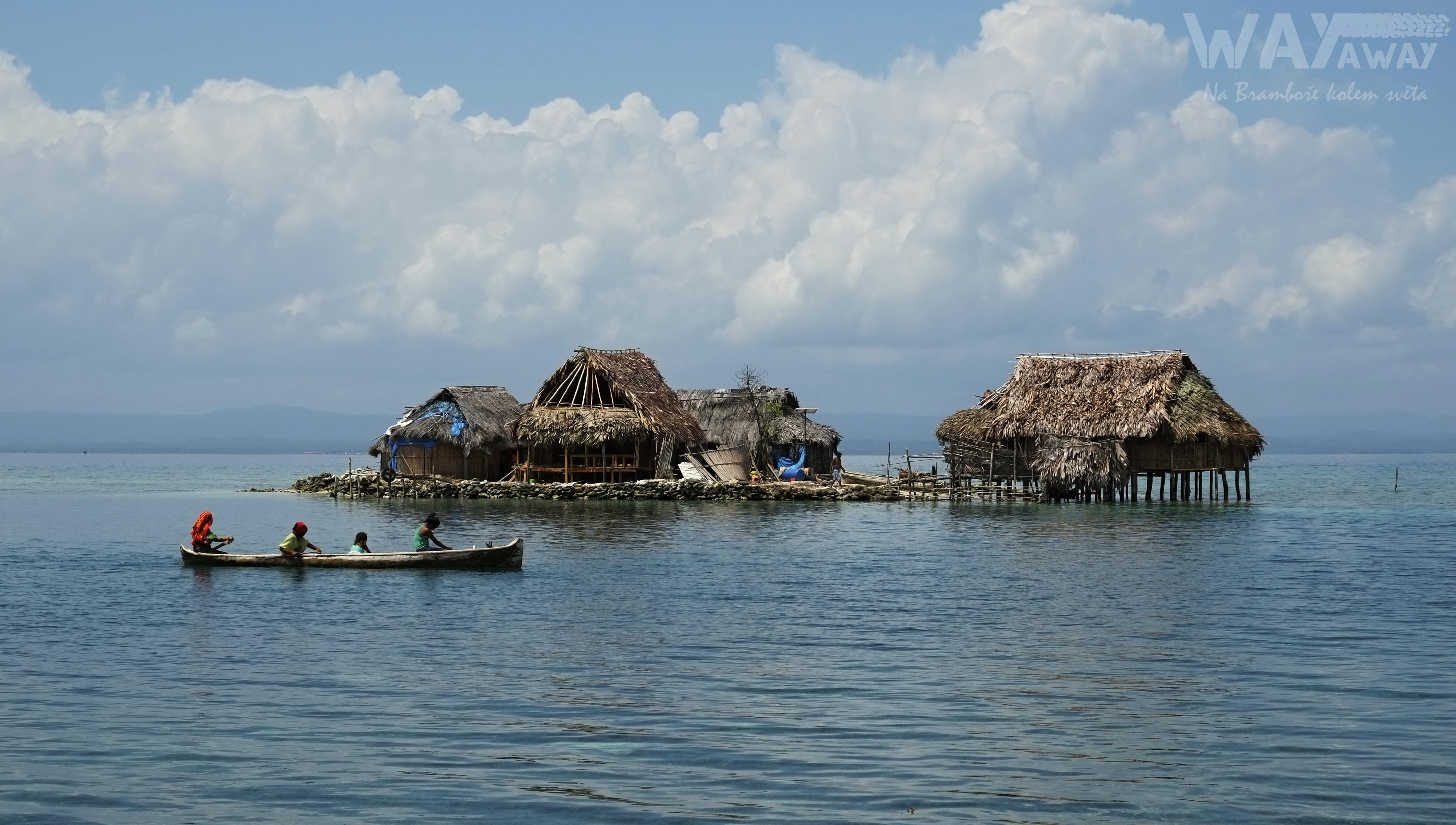 Jeden z obydlených ostrovů v souostroví San Blas