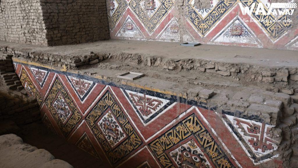 Překrásné reliéfy uvnitř pyramidy